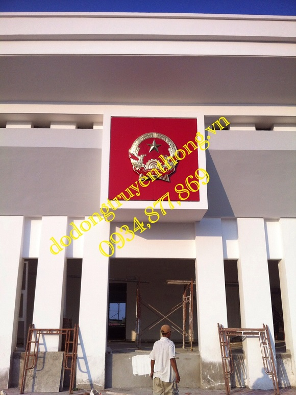 quốc huy việt nam treo tại trung tâm hành chính Hậu Giang